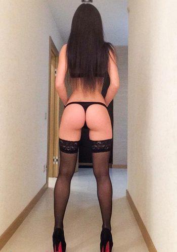 Eşsiz otelde buluşan kadın Dilay